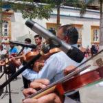 Músicos de cuerdas tradicionales notas que alegran el corazón