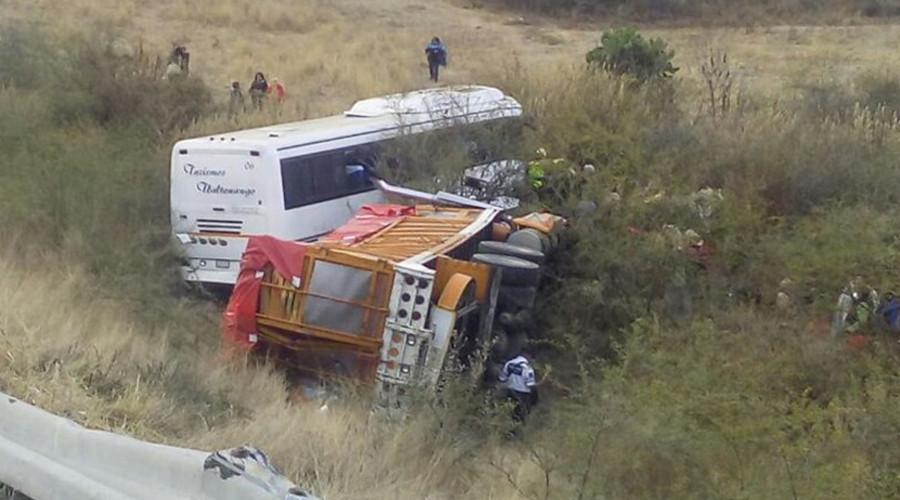 Choque entre un Torton y un autobús en la Super | El Imparcial de Oaxaca