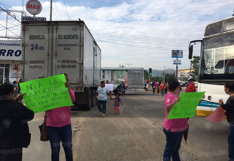 Video: Padres de familia inconformes bloquean a la altura del monumento a la madre en Oaxaca | El Imparcial de Oaxaca