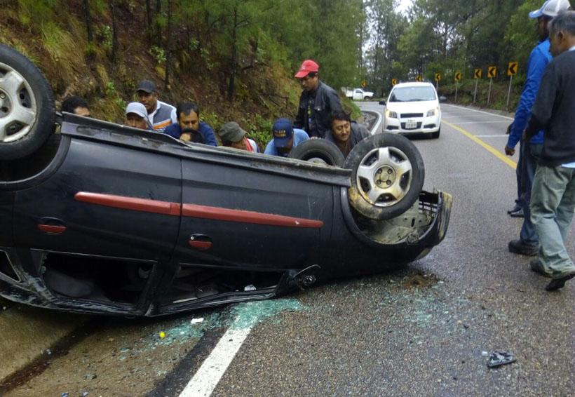 Vuelca automóvil en la Sierra Sur a la altura de 'El Punto' | El Imparcial de Oaxaca