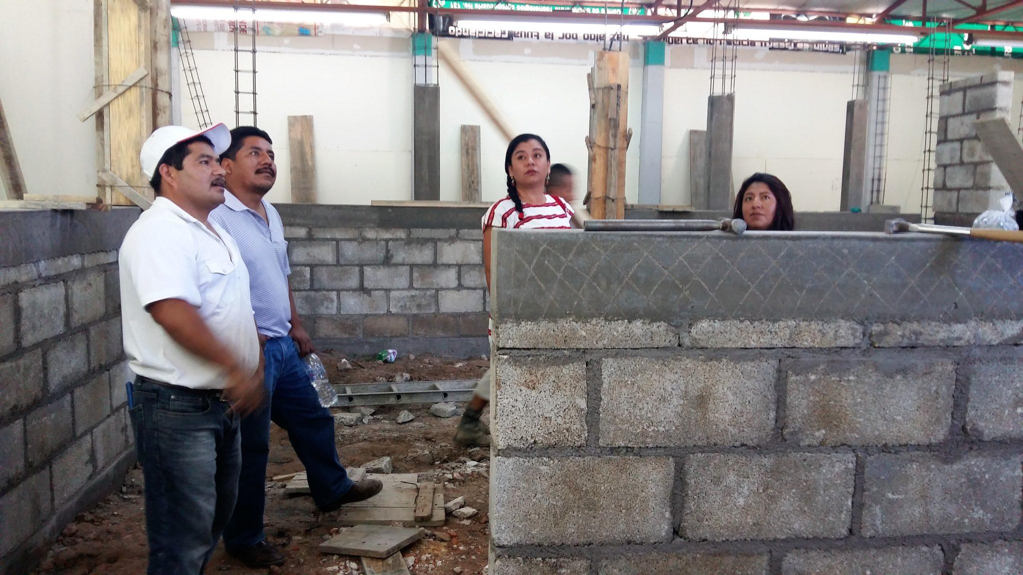 En la Mixteca fomentan educación con entrega de invernadero y taller de cárnicos