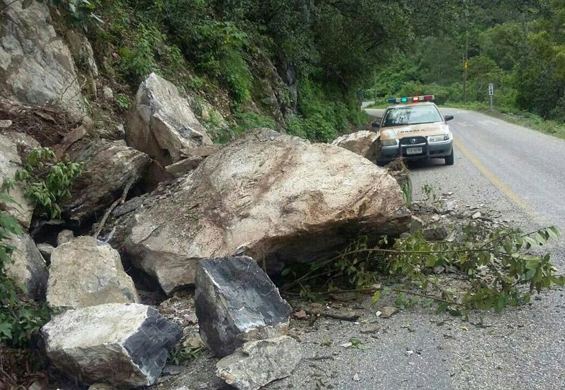 Atienden derrumbes en Putla, llaman a estar alertas