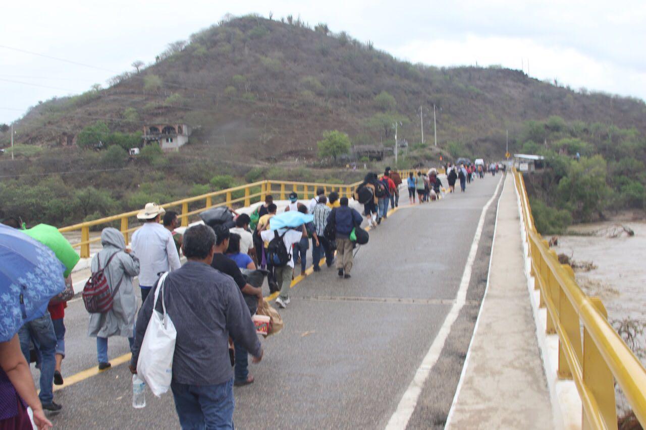 Video: Rompen cerco militar en el puente Tequisistlán