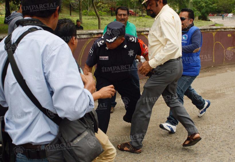 Patean a un policía y agreden a periodistas en la marcha magisterial en Oaxaca | El Imparcial de Oaxaca