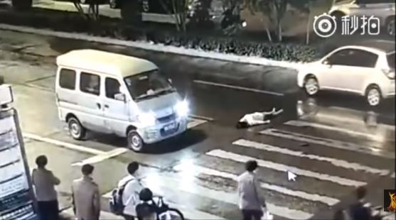#VIDEO Dos autos ATROPELLAN a mujer ya la gente