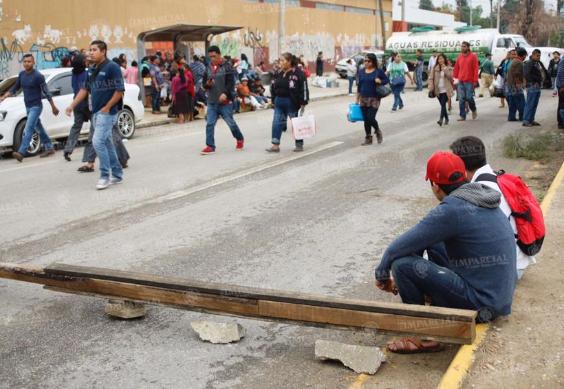 Martes caótico, reportan bloqueos en Oaxaca