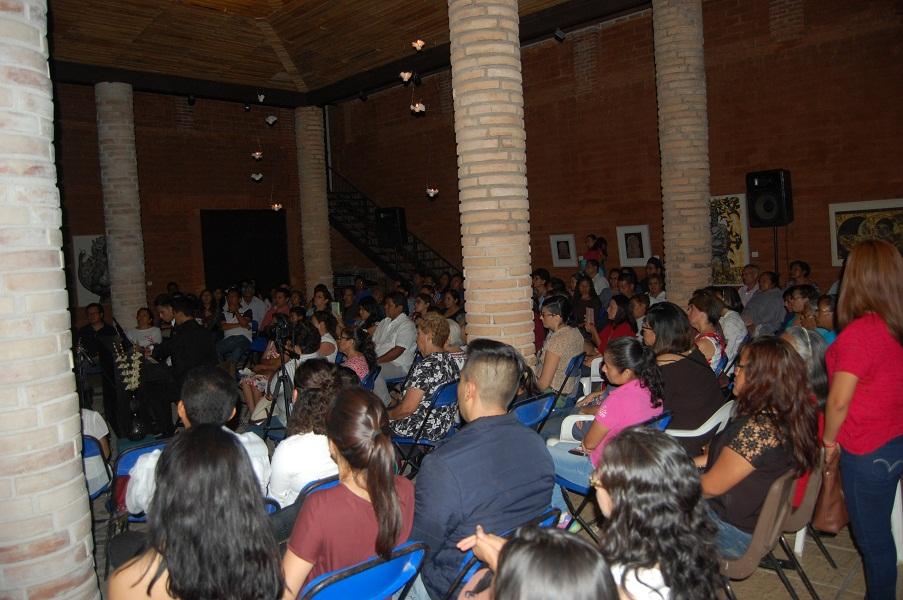 Jóvenes interpretan música de mixtecos