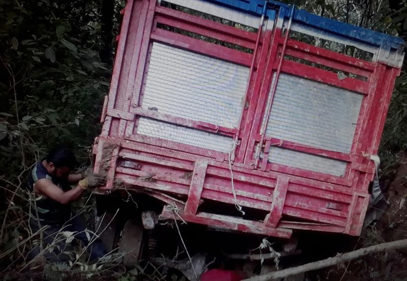 Cae camioneta en un barranco en la Sierra Sur | El Imparcial de Oaxaca