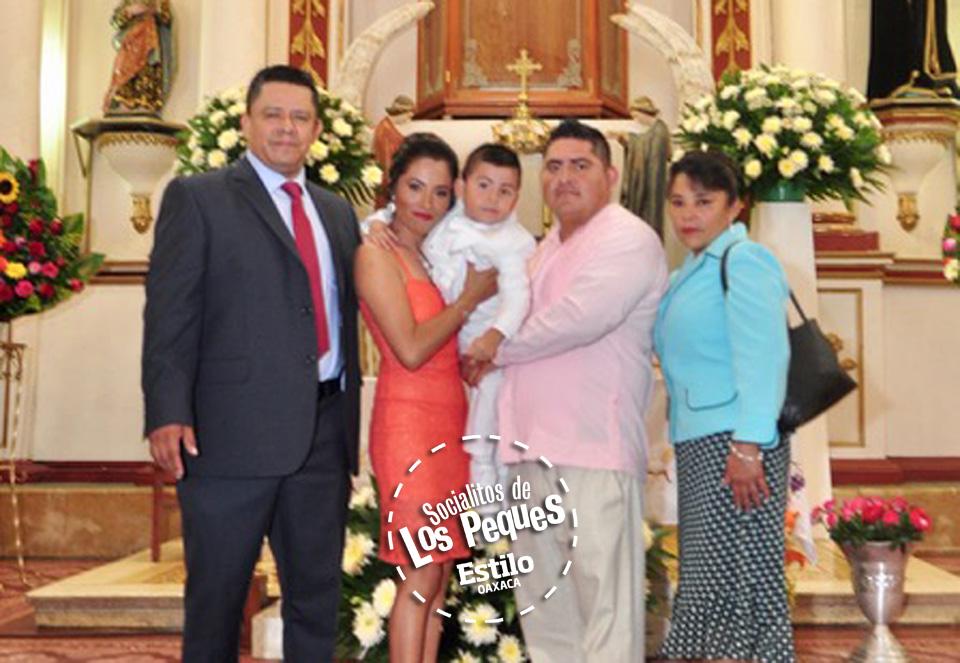 Aldo recibe las aguas  bautismales