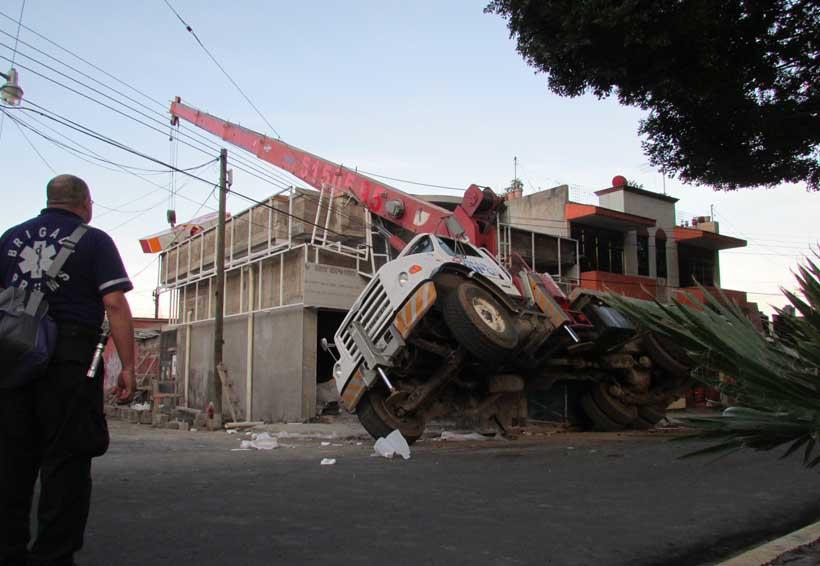Grúa a punto de volcar causa pánico en Oaxaca