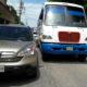 Camión urbano impacta a camioneta de lujo