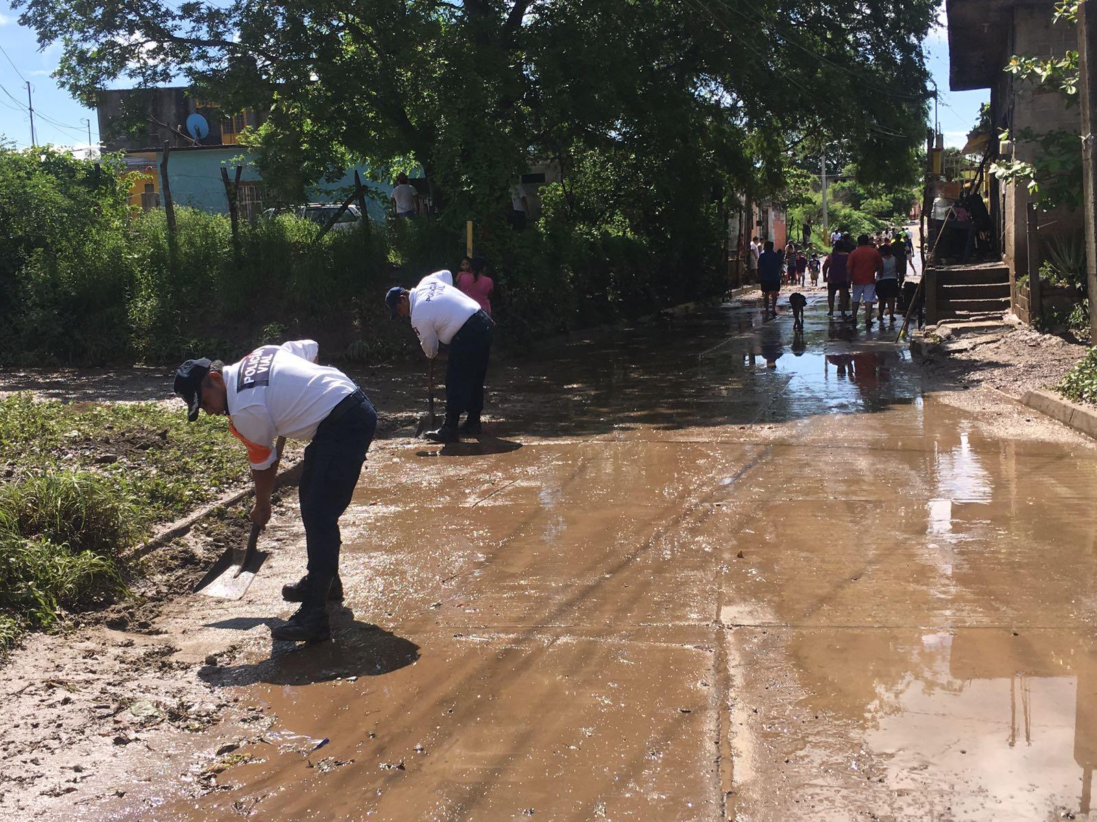 Comienza a desbordarse el río de Los Perros en Juchitán