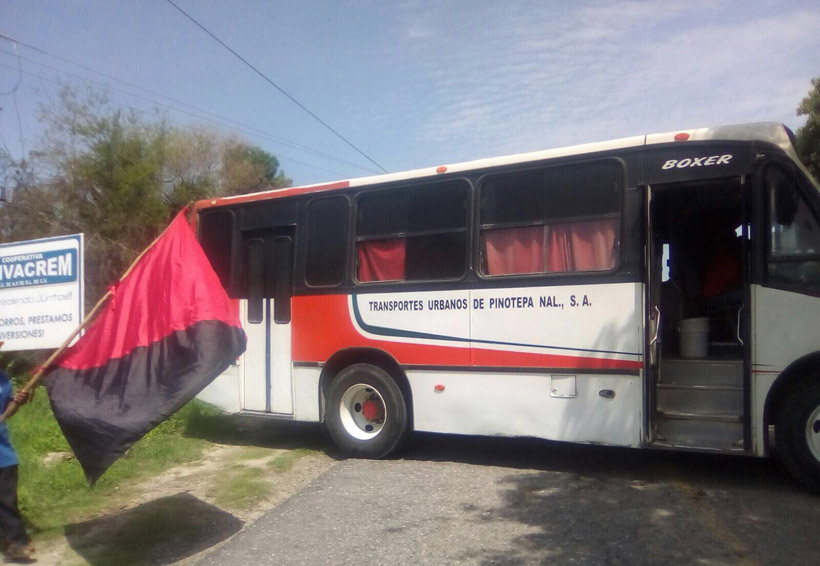 Bloquean accesos a Pinotepa Nacional