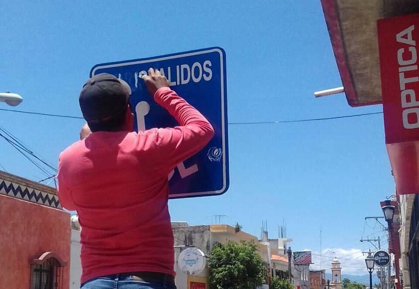 En la Mixteca cambian señalética de espacios públicos