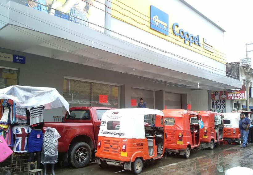 """Inconformes """"secuestran"""" a 50  trabajadores de Coppel en Juchitán"""