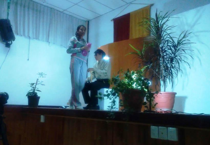 Divierten y entretienen obras de teatro en la UTM
