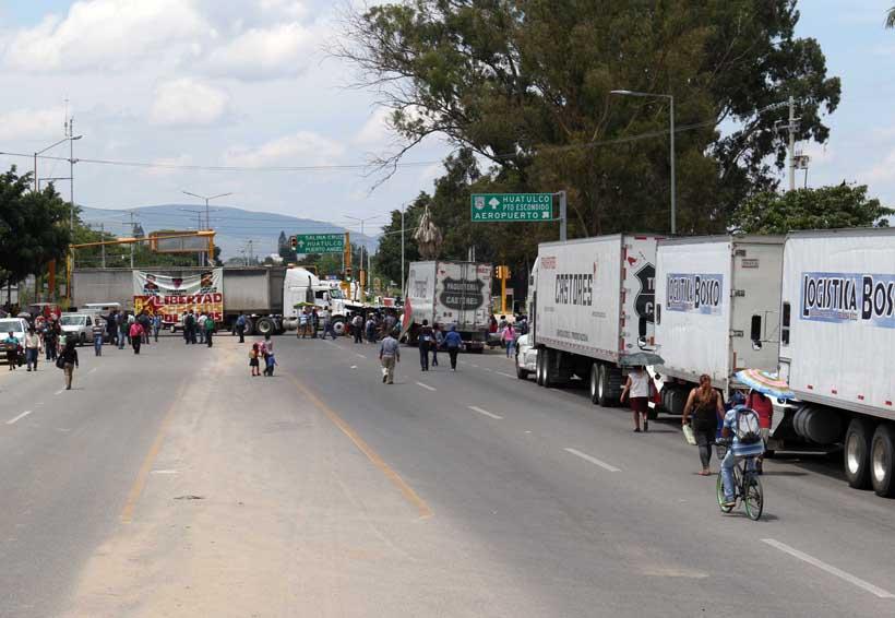 Bloquean el crucero del aeropuerto de Oaxaca