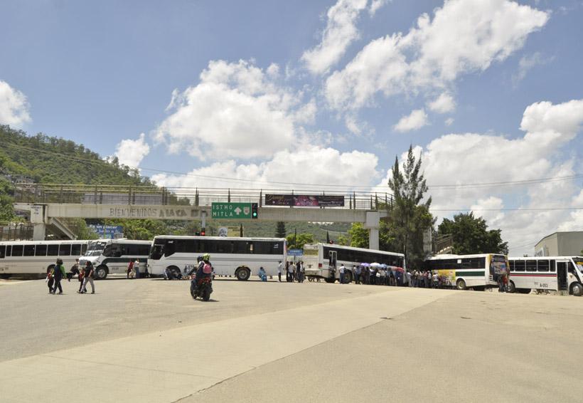 Transportistas y la Sección 22 paralizan Oaxaca