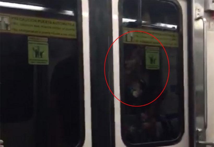 Jovencita viaja colgada del metro en Monterrey — Viral