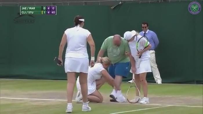 Da consejos a las tenistas desde tribuna en Wimbledon, le ponen una falda y lo hacen jugar al tenis | El Imparcial de Oaxaca