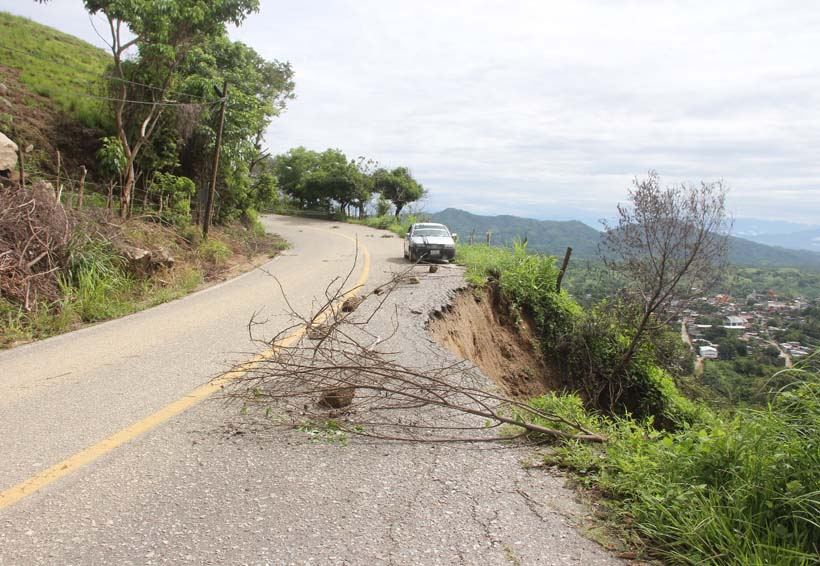 Habitantes de Putla denuncian daños en la carretera 125