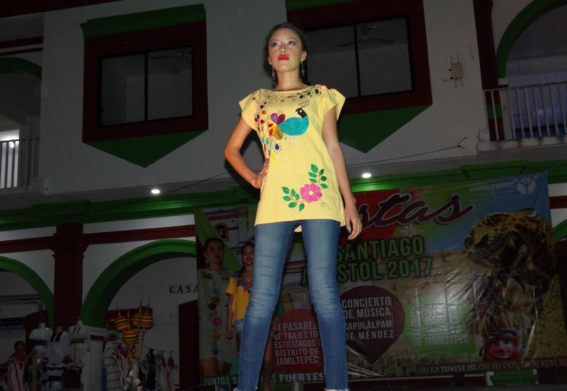 Realizan pasarela de ropa artesanal  y trajes estilizados de alta costura en Jamiltepec