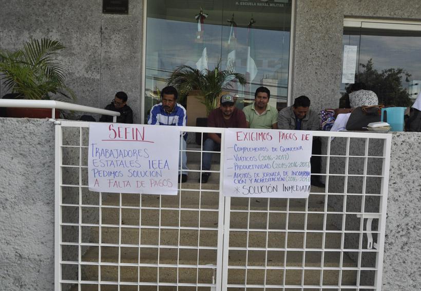 Toman trabajadores oficinas del IEEA, exigen pagos