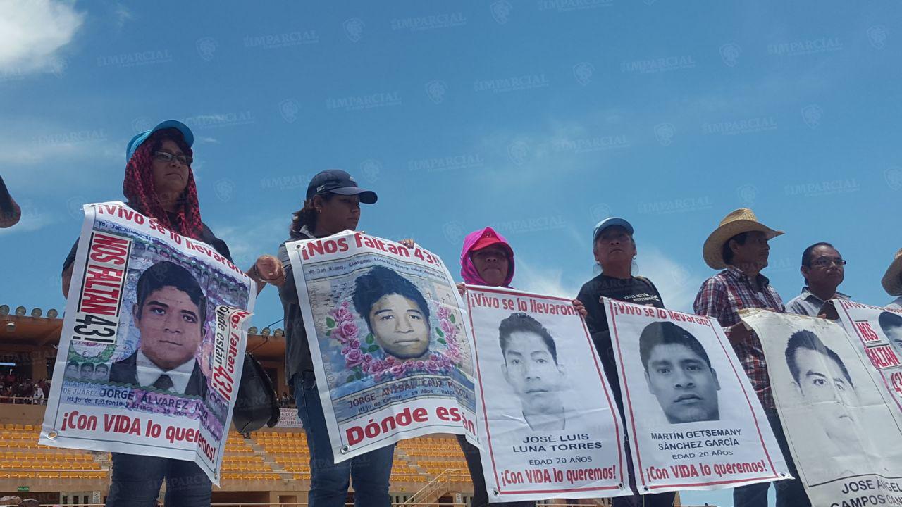 Familiares de los 43 desaparecidos de Ayotzinapa en Guelaguetza Magisterial | El Imparcial de Oaxaca