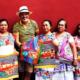 A indígenas mayas les pagan 200 pesos por adornar bolsas de 28 mil