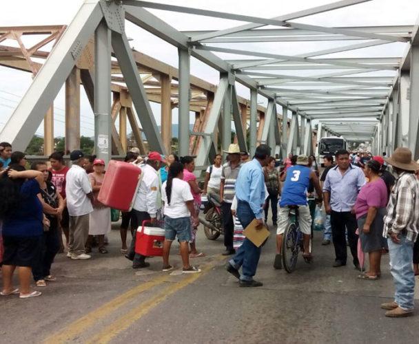 Bloquean puente de fierro en Tehuantepec