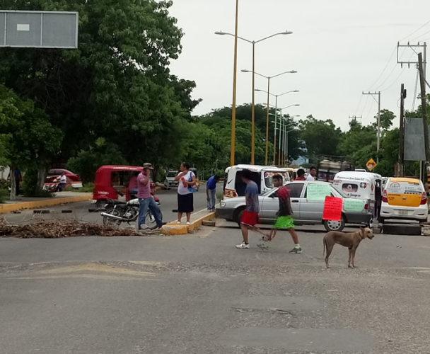 Bloquean carretera en Juchitán, exigen beneficios para el campo