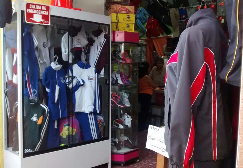 Rechazan en Tuxtepec vales de uniformes expedidos por gobierno estatal | El Imparcial de Oaxaca