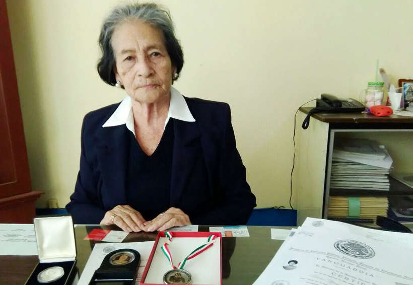 Reconocen labor docente de Ana María Contreras Mendoza