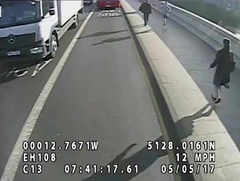 Video: Corredor empuja a mujer al paso de autobús | El Imparcial de Oaxaca