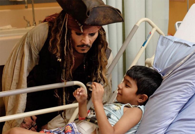 Johnny Depp visita a niños de hospital como Jack Sparrow