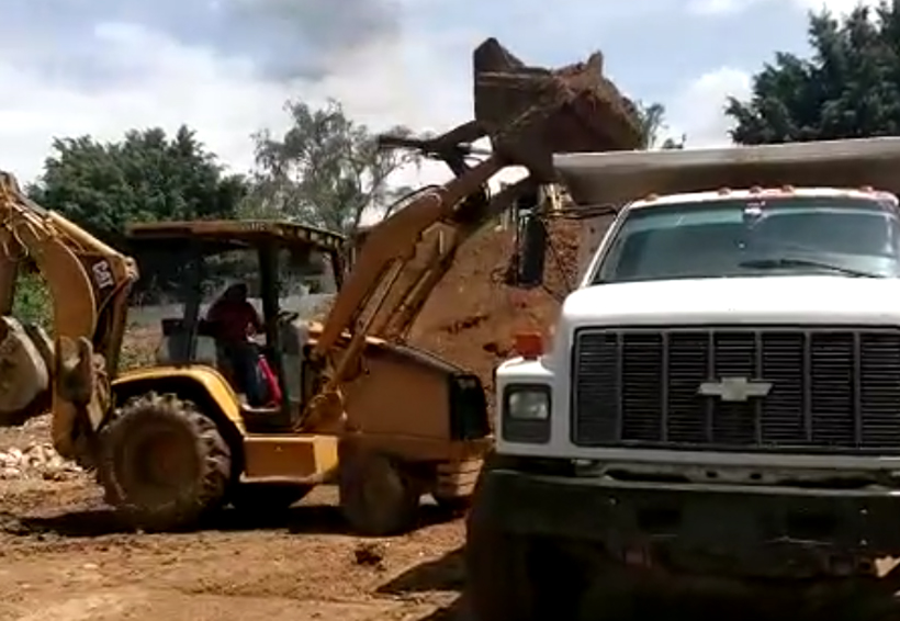 En Oaxaca, reinician desazolve de la presa Rompepicos