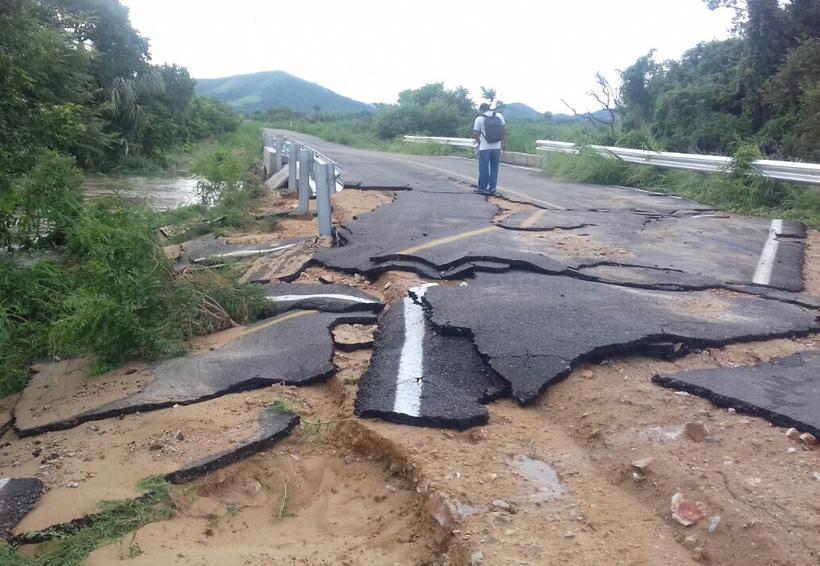 Carretera de San Dionisio del Mar destrozada por las lluvias