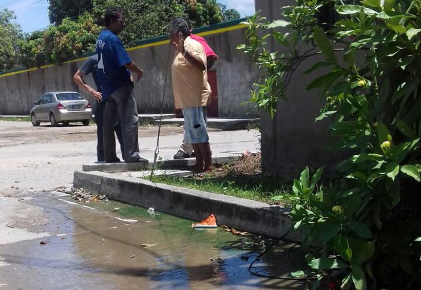 Habitantes de Salina Cruz sufren por fuga de aguas negras