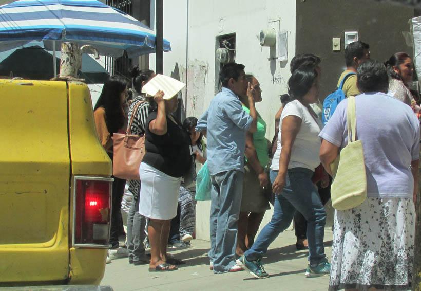 Abarrotan padres  de familia oficialías del Registro Civil en Oaxaca