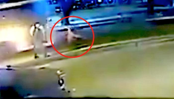 La empuja al frente de un autobús con intención de matarla