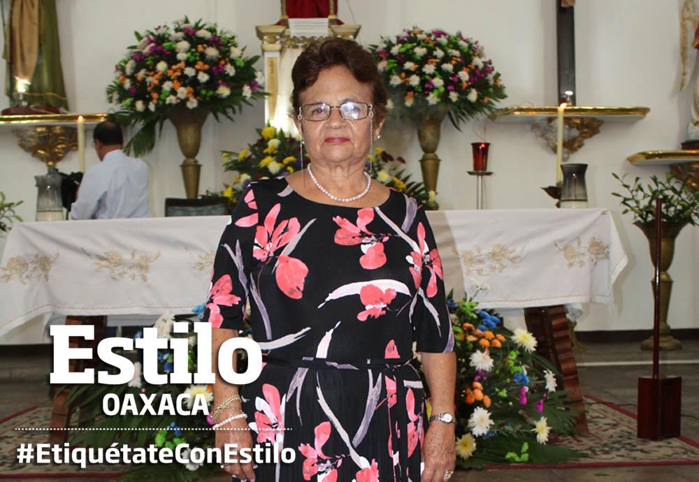 Doña Luz María de manteles largos