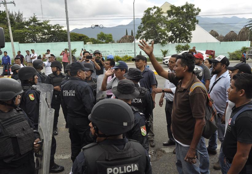 Video: Miden fuerzas Policía Estatal y normalistas