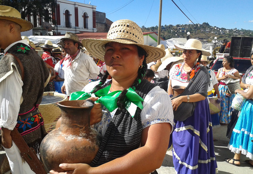 Resultado de imagen para Mujeres y hombres de la Mixtecaluchan por la igualdad