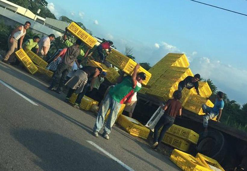 Saquean tráiler con cargamento de pollos en Tabasco | El Imparcial de Oaxaca