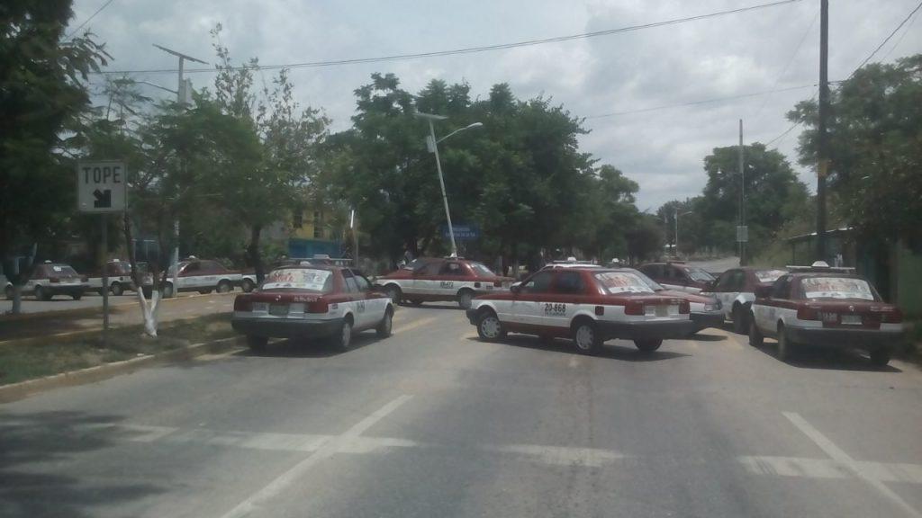 Taxistas cierran circulación sobre avenida Ferrocarril en Oaxaca | El Imparcial de Oaxaca