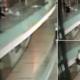 Video: Se sienta en el barandal de centro comercial, pierde el equilibrio y cae fatalmente
