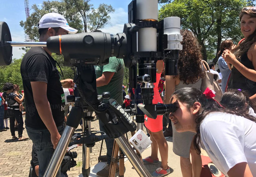 Video: Decenas de personas asisten al observatorio de Oaxaca para ver el eclipse