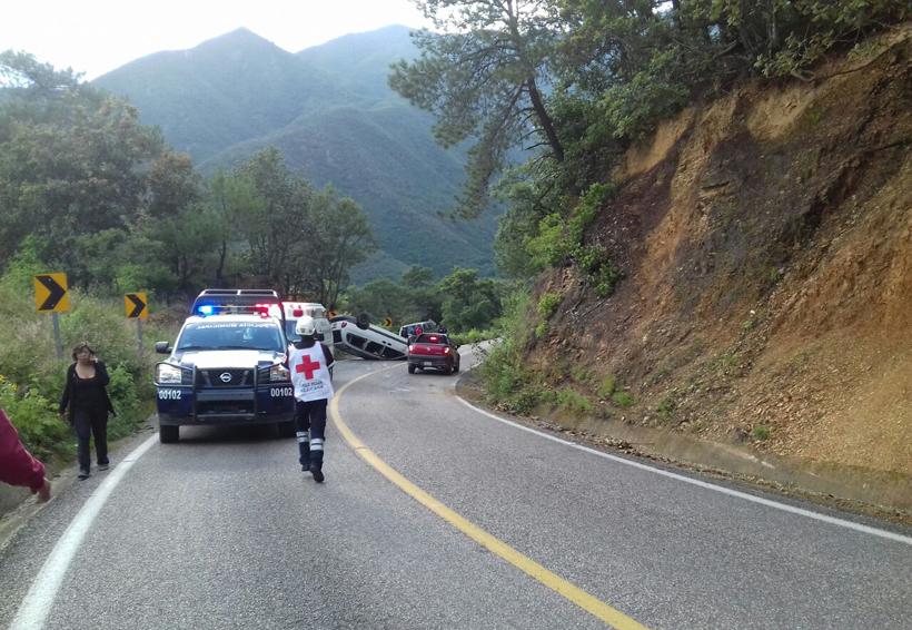 Vuelca camioneta en carretera a Ixtlán, Oaxaca | El Imparcial de Oaxaca