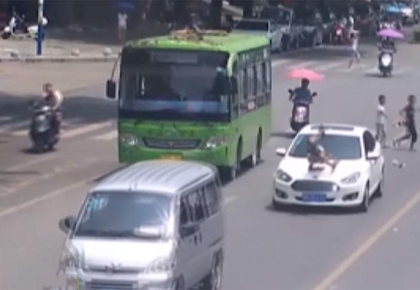 Video: Niño es embestido por un auto al cruzar la calle sin mirar | El Imparcial de Oaxaca