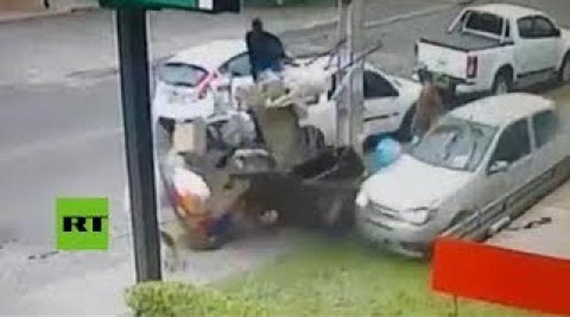 Un auto fuera de control choca cerca de un hombre y su perro | El Imparcial de Oaxaca